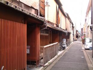 祇園・裏通り西花見小路の「べんがら格子」