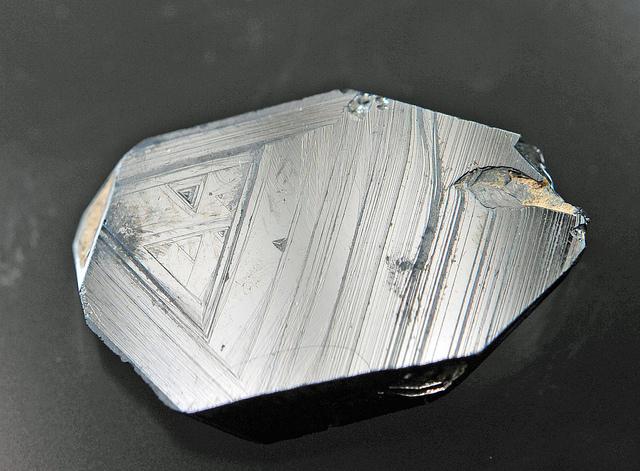 赤鉄鉱の結晶は六角板状