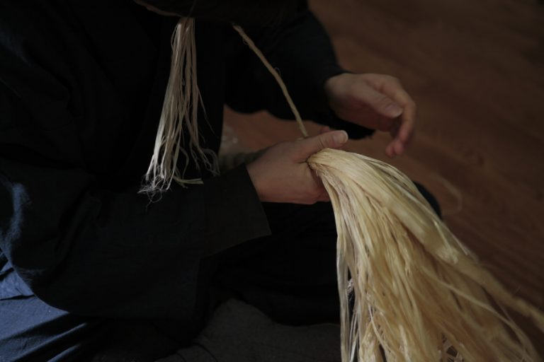 職人による麻加工技術の模様(株式会社山川)